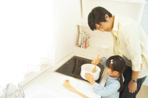 IHキッチンで安心して調理する親子